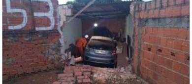 Carro descontrolado invade casa e atropela mulher no DF