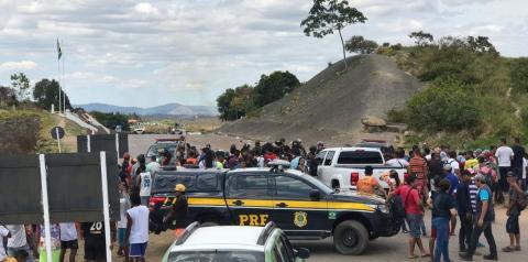Brasil monta barreira para evitar confronto na fronteira