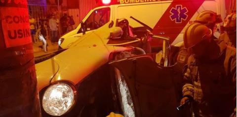 Em fuga, adolescente bate carro em poste e fica preso às ferragens
