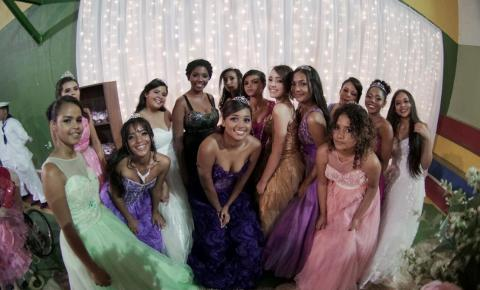 Instituto Nova Cidadania realiza Baile de Debutantes do tamanho que elas merecem.