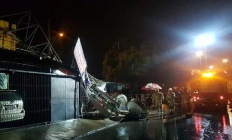 Chuva forte derruba torre de 15 metros em Santa Maria