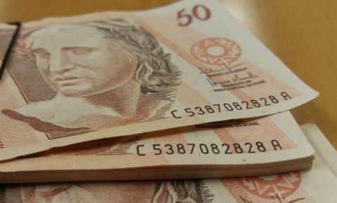 Taxa de juros do cheque especial cai pela metade