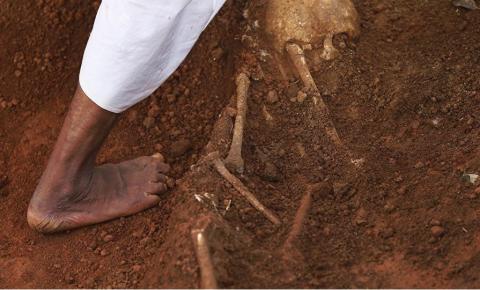 Polícia localiza covas macabras com 6 mil corpos