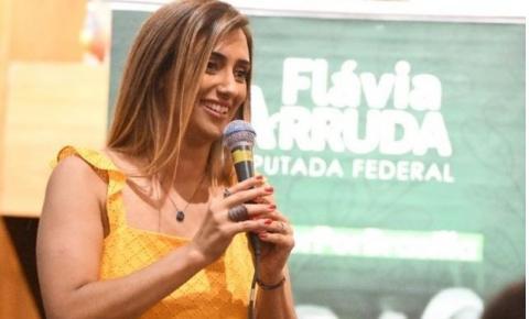 Conquista feminina é destaque em homenagem de Flávia Arruda