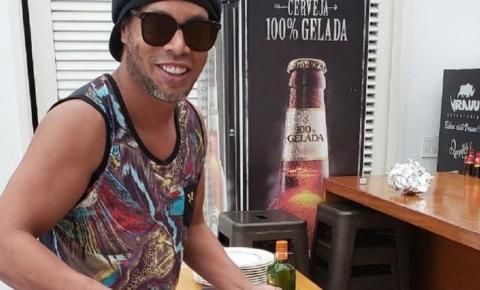 Entre lances geniais e confusões, Ronaldinho completa 40 anos preso no Paraguai