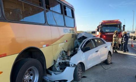 Acidente entre carro e ônibus deixa duas vítimas fatais na BR-040