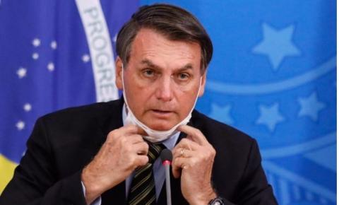 Com febre, Bolsonaro faz exame de Covid-19 e toma hidroxicloroquina