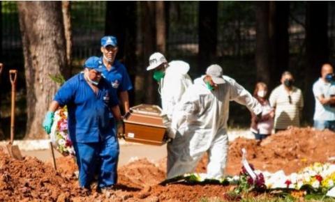 Mortes por Covid caem pela metade em 24h no Brasil