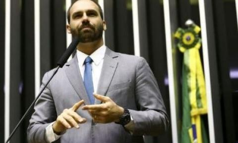 Eduardo Bolsonaro quer punição para líder da oposição que comentou dossiê
