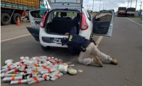 Mulher é presa no Gama transportando 84kg de maconha em carro