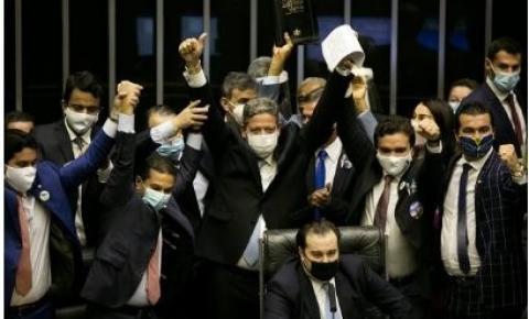 """Em discurso de posse, Lira cutuca Maia: """"Não há um trono no plenário"""""""