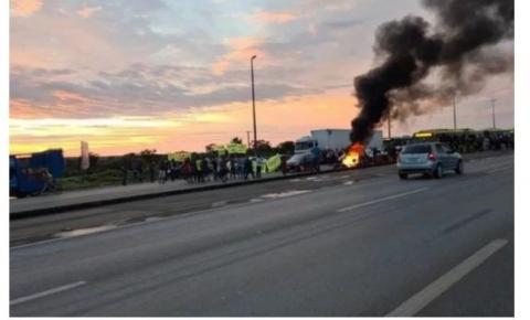 Manifestantes colocam fogo em pneus e interditam pistas da BR-040