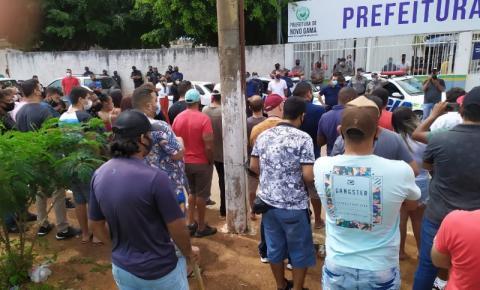 EMPRESÁRIOS DE NOVO GAMA PROTESTAM EM FRENTE A PREFEITURA CONTRA O LOCKDOWN.