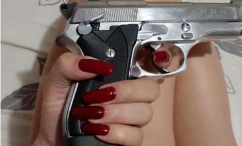 Jovem que ostentava arma e dinheiro em redes sociais é presa pela PCDF