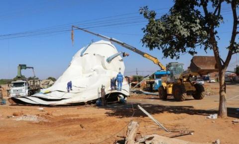 Prefeitura inicia desmonte e remoção de caixa d'água que tombou em Senador Canedo