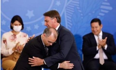 Bolsonaro envia ao Senado indicação de André Mendonça para o STF
