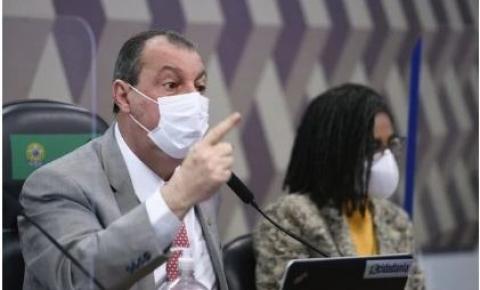 """Aziz rebate ataque feito em Twitter de Bolsonaro: """"Deve ter sido um moleque"""""""