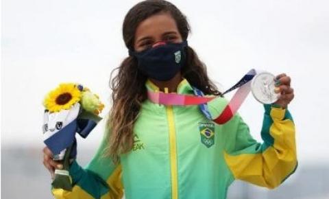 Aos 13 anos, Rayssa Leal conquista medalha de prata no skate em Tóquio