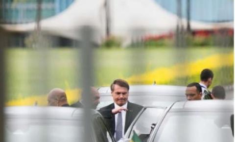 """Após participar de atos, Bolsonaro ataca Barroso: """"Se acha o máximo"""""""