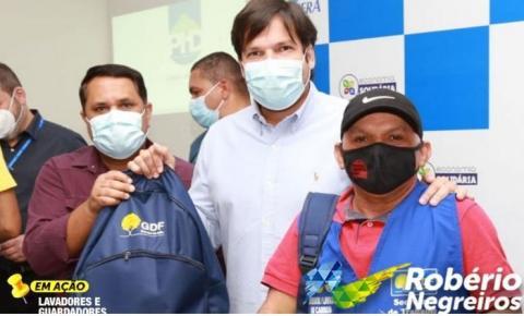 ROBÉRIO PARTICIPA DA ENTREGA DE KITS DE BIOLAVAGEM AOS GUARDADORES E LAVADORES DE VEÍCULOS