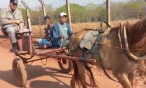 Vídeo: homem é preso e levado de carroça até viatura da PM, em Goiânia