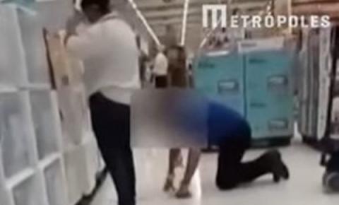 Vídeo: vendedor é humilhado por gerente enquanto limpa chão de joelhos