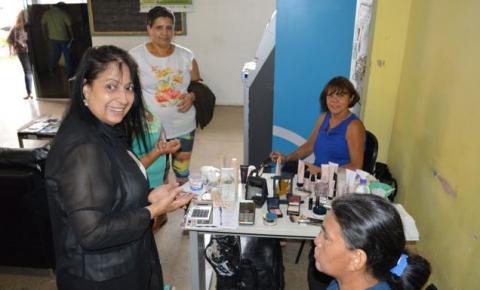 Demonstração de produtos de beleza na administração de Santa Maria