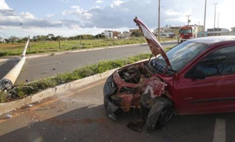 Motorista com suspeita de embriaguez bate em poste, derruba fiação elétrica e interdita o tráfego em Santa Maria