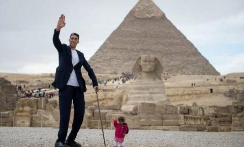 Mulher mais baixa do mundo conhece o homem mais alto