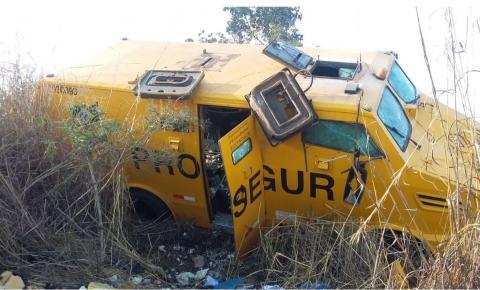 Criminosos assaltam e explodem carro-forte na BR-040