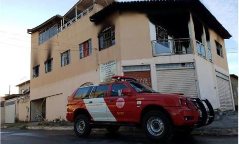 Casa pega fogo no Distrito Federal neste domingo (22/7)
