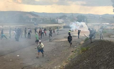 Manifestantes atacam posto do Exército venezuelano em Pacaraima (RR)