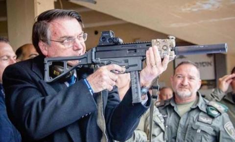 Bolsonaro testa metralhadora e vê povo armado