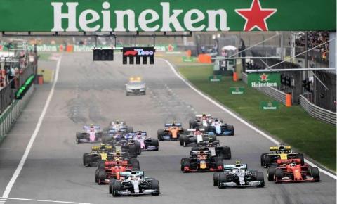 Mercedes faz dobradinha; Ferrari completa pódio
