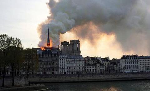 Fogo consome base da torre de Notre Dame