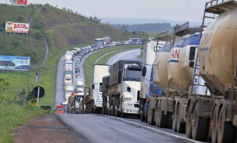 Após 4 horas de reunião com ministro, caminhoneiros descartam greve