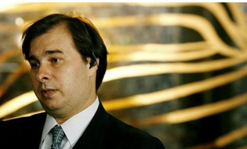 Bolsonaro dirige usina de crises, diz Rodrigo Maia