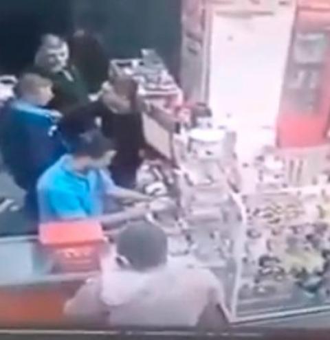 Câmeras de segurança registram agressão de PM à atendentes de posto