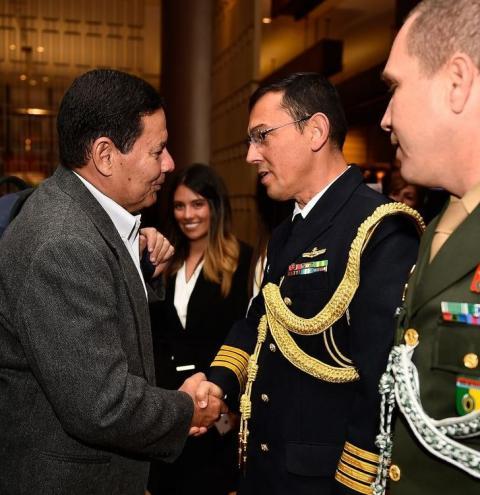 Maduro vai cair, mas sem guerra, diz vice Mourão